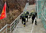 WWW16924COM公安消防、森林消防、公墓消防自救隊舉行聯合滅火救援演練3.jpg